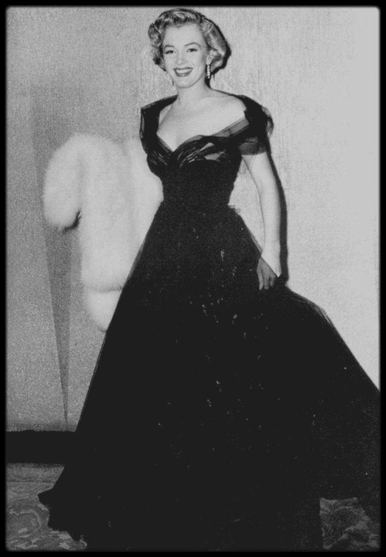 """29 Mars 1951 / Ce soir là, Marilyn conviée à la cérémonie des Oscars, remet à Thomas MOULTON, la célèbre statuette pour la catégorie de """"meilleure prise de son"""" pour le film """"All about Eve"""", où elle joua un de ses premiers rôles."""