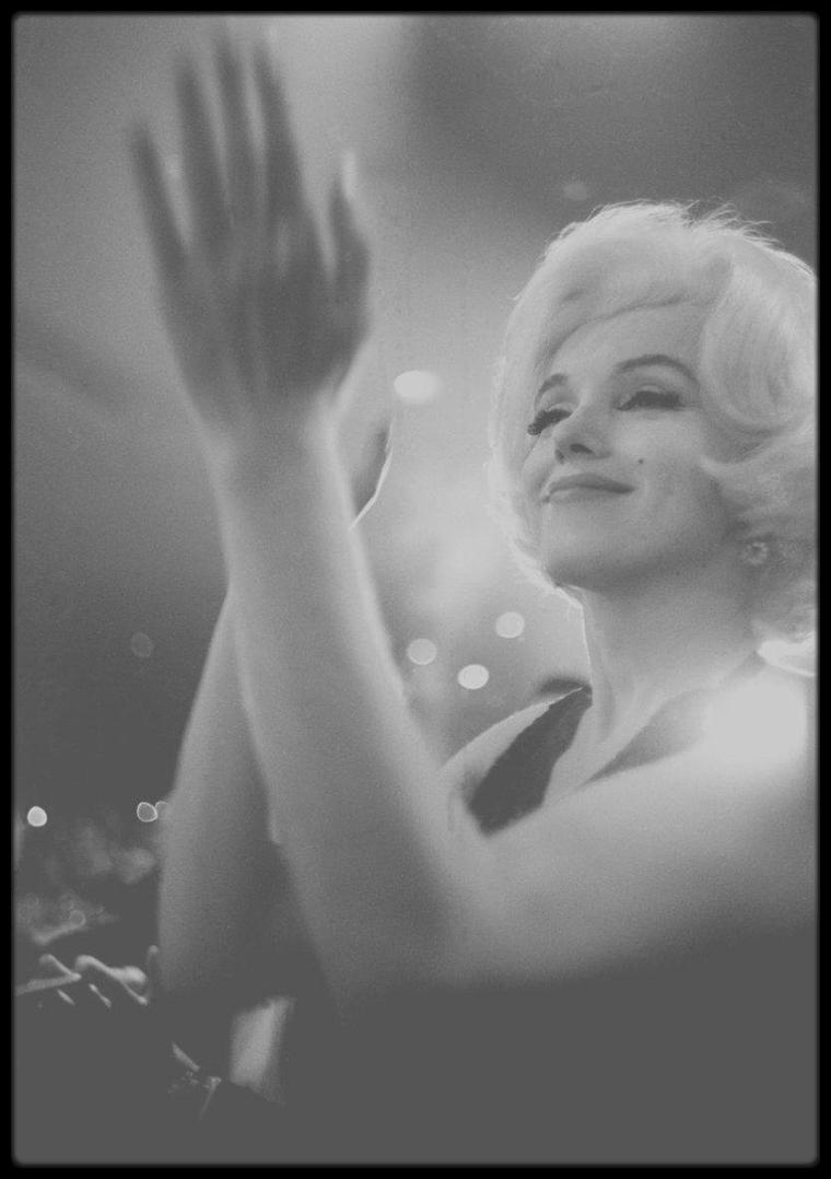 """5 Mars 1962 / (Part III) Marilyn accompagnée de son nouvel amant officiel du moment, l'acteur mexicain Jose BOLANOS qu'elle rencontra lors de son séjour au Mexique, se rend à la 19ème cérémonie des """"Golden Globe Awards"""", où lors de la soirée, lui sera remis des mains de Rock HUDSON et Charlton HESTON, le célèbre trophée, la désignant comme """"Actrice préférée dans le monde en 1961""""."""