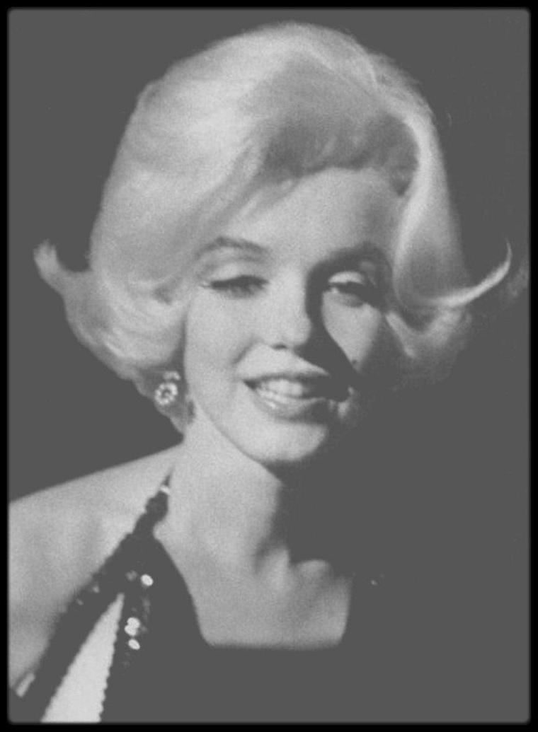 """5 Mars 1962 / (PART VI) Marilyn arrive à la soirée des """"Golden Globe Awards"""", où le fameux prix lui sera décerné, accompagnée de son nouvel amant, José BOLANOS. Notons qu'à cette occasion Marilyn porte une paire de boucles d'oreilles en diamants et émeraudes, offerte par Frank SINATRA."""