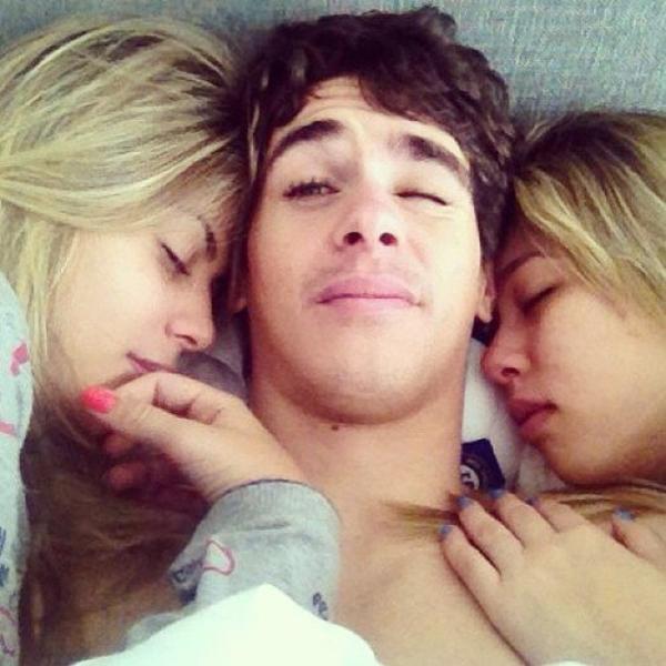 Oscar avec sa soeur Gabi et Ludy Emboaba - souce-foot