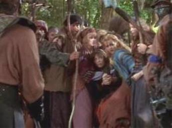 Un groupe de jeunes filles avec des méchants soldats
