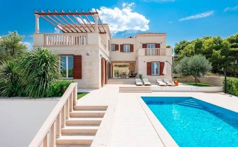 Ils pensaient louer une superbe villa à 6500€ en Croatie, ils tombent sur un terrain vague