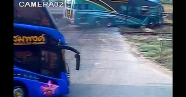 Thaïlande: collision entre un car et un train, trois morts