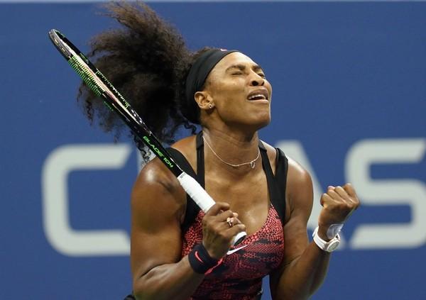 """Serena começa perdendo de """"convidada"""", mas reage e garante vaga nas oitavas"""