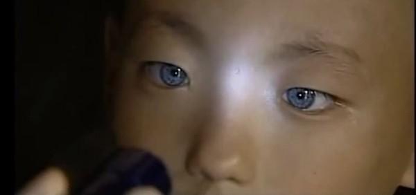 Ce petit garçon a des yeux de chat