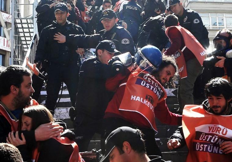 La Turquie bloque à nouveau les réseaux sociaux après la mort d'un procureur
