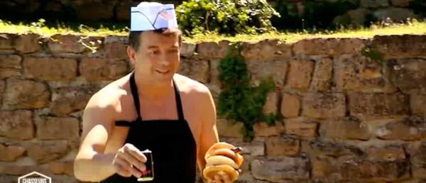 Exclu. Chasseurs d'appart', le choc des champions : quand Stéphane Plaza cuisine les fesses à l'air (VIDEO)