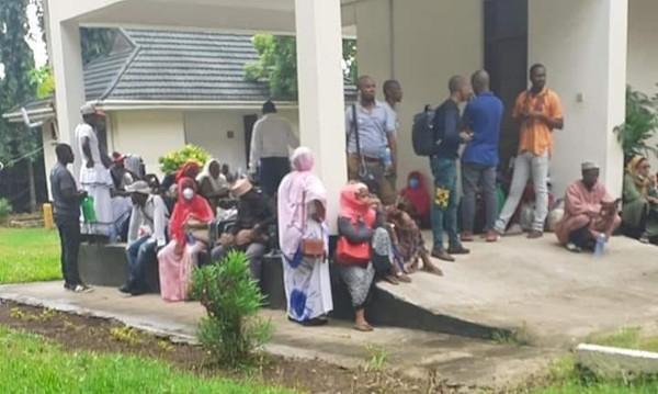 Après des jours sans nourriture ni logements, deux comoriens bloqués en Tanzanie ont fait une crise démence | | Comores Infos