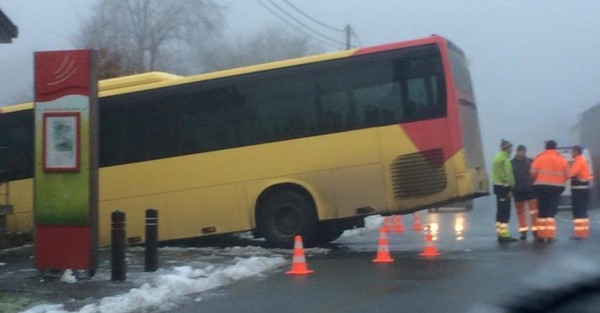 Deux bus des TEC glissent sur le verglas à Couvin: neuf blessés légers (photos)