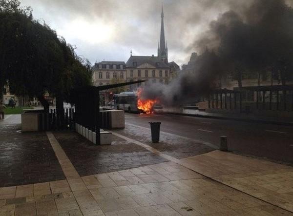 Rouen Un bus en flammes devant la mairie de Rouen