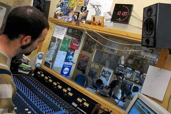La réduction des contrats aidés, une vraie menace pour les radios libres - Radio - Télérama.fr