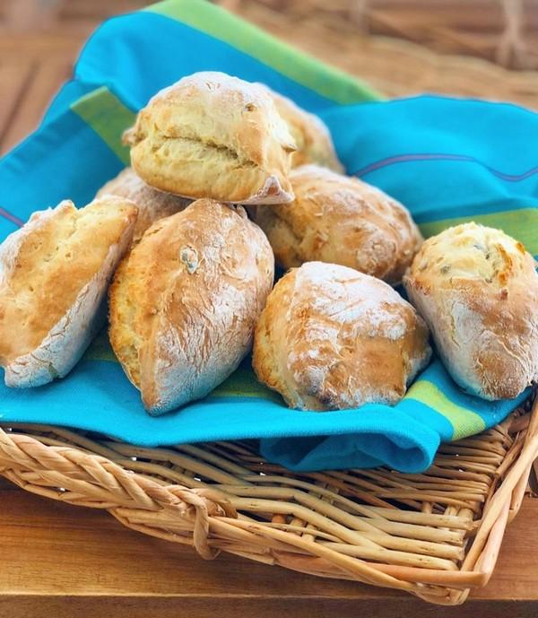 """JE CUISINE CRÉOLE on Instagram: """"{petits pains express} le retour ! La recette pour 8-10 pains 🥖🥖🥖🥖🥖🥖🥖🥖 - 350g de farine de blé -300g de fromage blanc nature -1 sachet d..."""