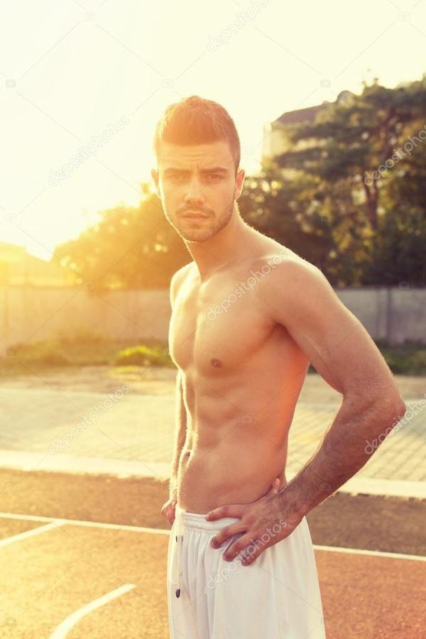 Caber jovem sem camisa ao ar livre em dia de verão ensolarado
