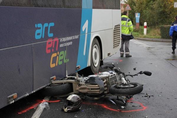Collision avec un bus à Neuf-Berquin: le motard est décédé