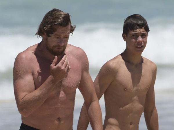 Simon Baker et Claude, 16 ans : La beauté de père en fils à la plage [Photos]