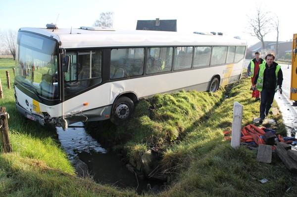 Moeder en kind zwaargewond na klap tegen lijnbus - De Standaard