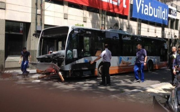 Bruxelles: un chauffeur de bus en apprentissage blessé après une collision boulevard du Régent (photos)