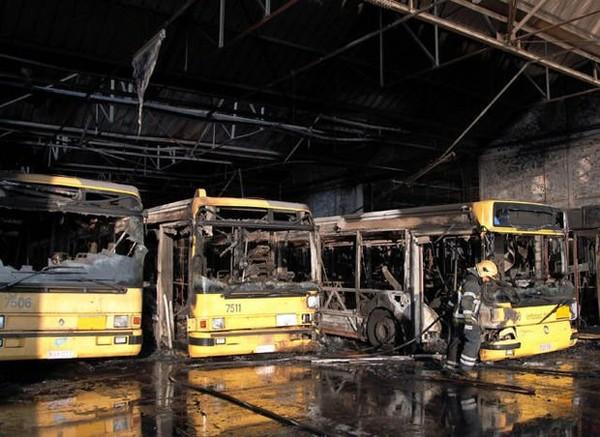 Vingt bus détruits dans l'incendie du dépôt des TEC Charleroi