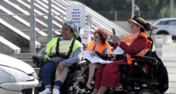 En colère contre Macron, des personnes handicapées organisent une opération péage gratuit à Toulouse