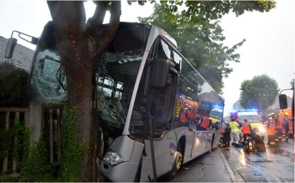 Val-d'Oise: un bus heurte un arbre, 28 blessés légers