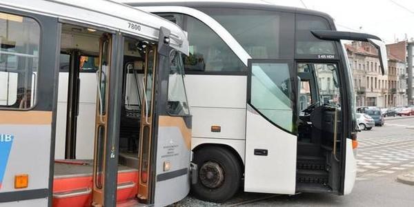 Un autocar encastré dans un tram à Laeken