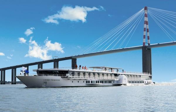 Revue Fluvial Loire Croisière inaugurale du premier paquebot fluvial à aubes de CroisiEurope