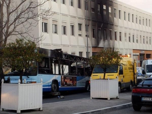 Photos/Vidéos-Bus en feu à Toulon : hôtel des impôts évacué, école et crèche sécurisées