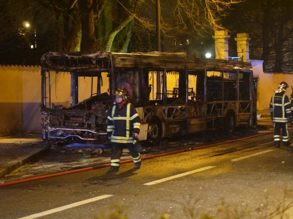 Un bus TCL 88 prend feu à Saint-Genis-Laval / Accident / Actualités / Actualité / Lyon / Journal / Lyon Capitale - le journal de l'actualité de Lyon et du Grand Lyon.