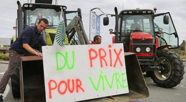 Bruxelles : des agriculteurs en colère pulvérisent une tonne de lait en poudre sur le siège du Conseil de l'UE