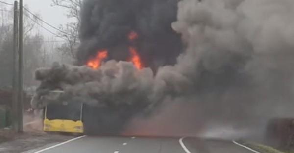 Un bus TEC en feu dans la montée d'Embourg à Beaufays: des images impressionnantes (vidéo)