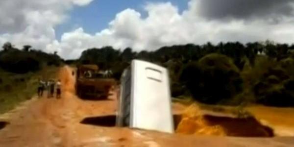 Vidéo : englouti dans un trou, un bus brésilien est ensuite emporté par un torrent - SudOuest.fr