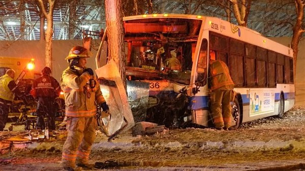 Le chauffeur d'un autobus et ses passagers ont été blessés dans un accident de la circulation survenu en fin de soirée, mardi, dans l'est de Montréal.