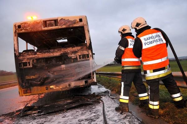 Un bus en feu sur l'autoroute E42 à Sart-Lez-Spa