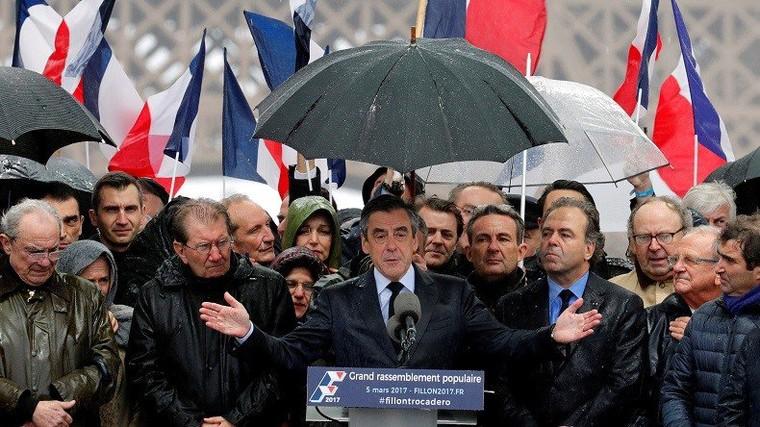 «Et pourquoi pas un million?»: Twitter se moque des présumées 200 000 personnes au meeting de Fillon