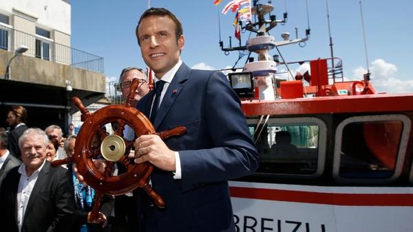 """""""Douteuse"""", """"insensée""""... Tollé après la plaisanterie de Macron sur les """"kwassa-kwassa"""" qui """"amènent du Comorien"""""""