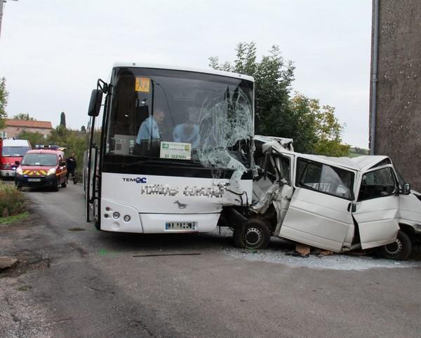 Le chauffeur de bus scolaire fait un malaise : cinq blessés