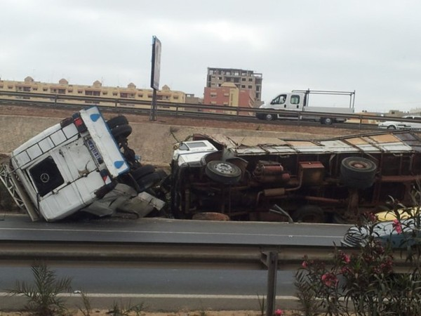 Accident spectaculaire sur l'autoroute : Un car N'diaga N'diaye et un camion entrent en collision et se renversent (Photos)