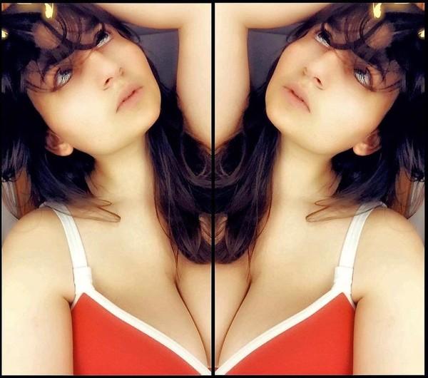 "likez sur Intagrame please : Sarah Schoumer on Instagram: ""Un miroir sans miroir.Jamais sans mon maillot de bain favori  #freya #freyalingerie. @freya_france"""