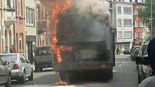 Un bus en feu à Anderlecht: rien de grave, mais des images impressionnantes
