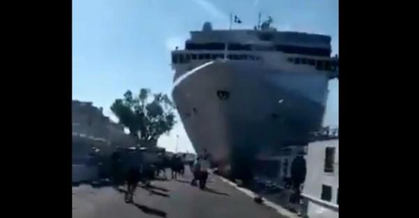 Incident à Venise ce matin: un navire de croisière fonce dans un quai d'embarquement (vidéo)