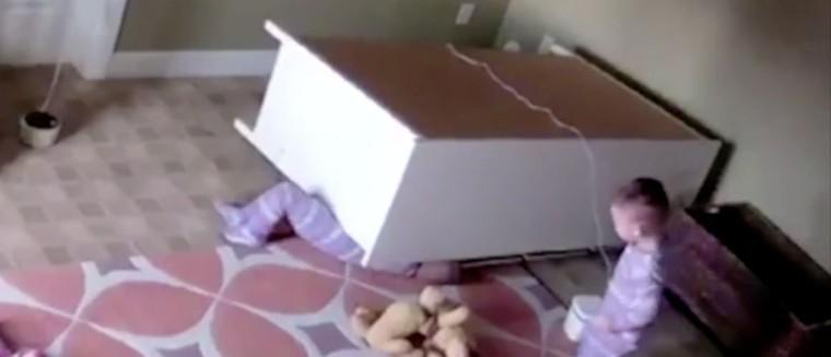 À 2 ans, il sauve son frère jumeau coincé sous une commode (VIDÉO)