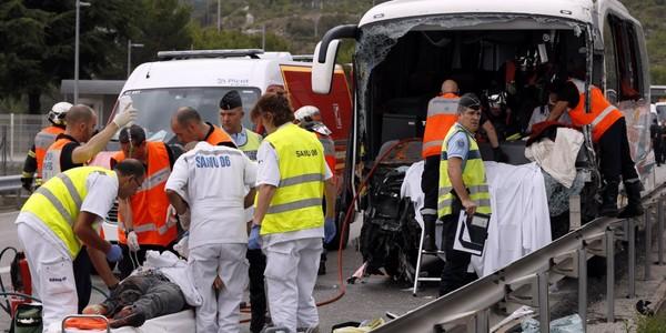 Spectaculaire accident sur l'A8 : un mort et 25 blessés