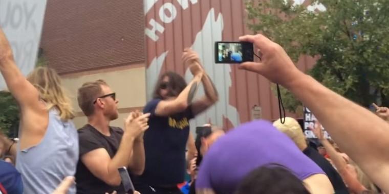 Dave Grohl vient gâcher avec génie une manifestation homophobe