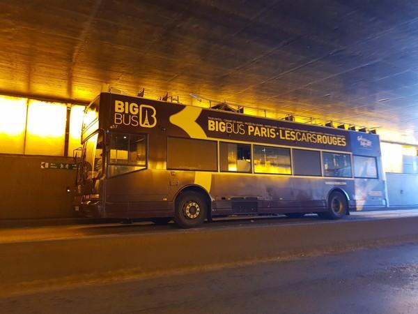 Paris : un bus de tourisme heurte le pont Alexandre-III et fait au moins 4 blessés dont un grave
