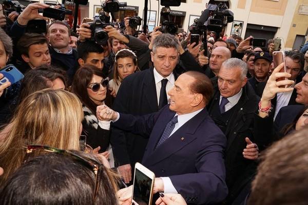 """Silvio Berlusconi on Instagram: """"Oggi a #Roma. Grazie a tutti i miei sostenitori per la calorosa accoglienza: uniti si vince! #ForzaItalia #elezioni2018"""""""