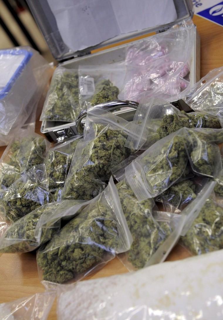 Il oublie son clignoteur: la police l'arrête et découvre 11 kg de marijuana dans sa voiture