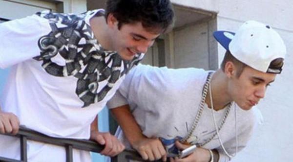 Justin Bieber: le chanteur crache sur ses fans depuis un balcon