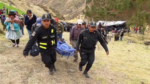 Un autocar artisanal transportant 51 indigènes Quechuas rentrant d'une fête dans une région rurale du Pérou a plongé dans un ravin et s'est écrasé dans une rivière au sud-est de la capitale...