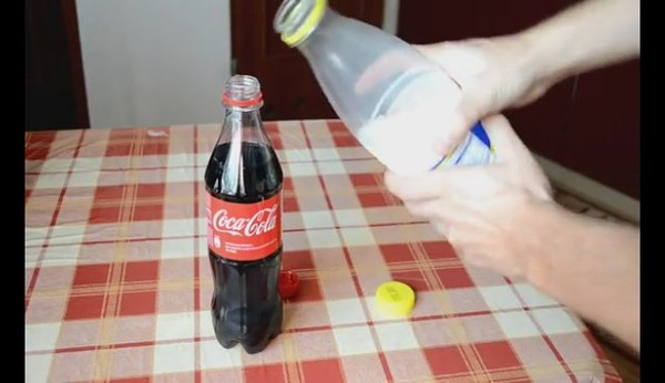 Cola, latte e un po' di tempo. Ecco cosa succede