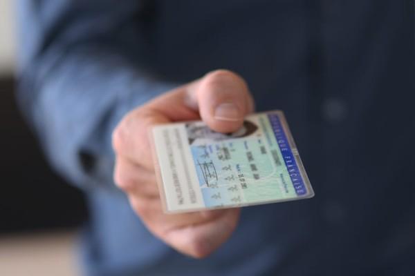 La carte d'identité passe au format carte bancaire et devient biométrique